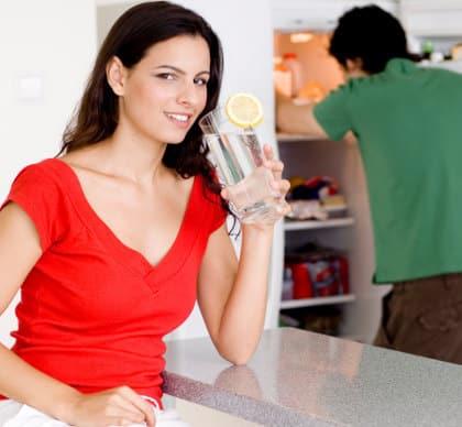 Kurang Minum Air Putih Bisa Buat Anda Ingin Terus Ngemil